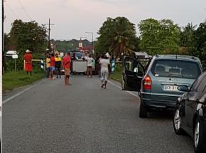Iracoubo: un barrage filtrant installé par des habitants en colère